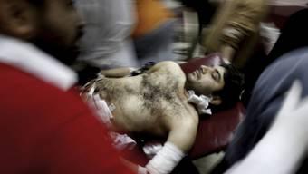 Retter tragen einen beim Anschlag im Hangu verletzten Mann weg.