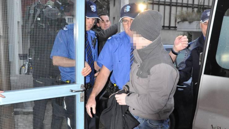 Der Aarauer Dirnenmörder im November 2011 auf dem Weg ins Gericht.