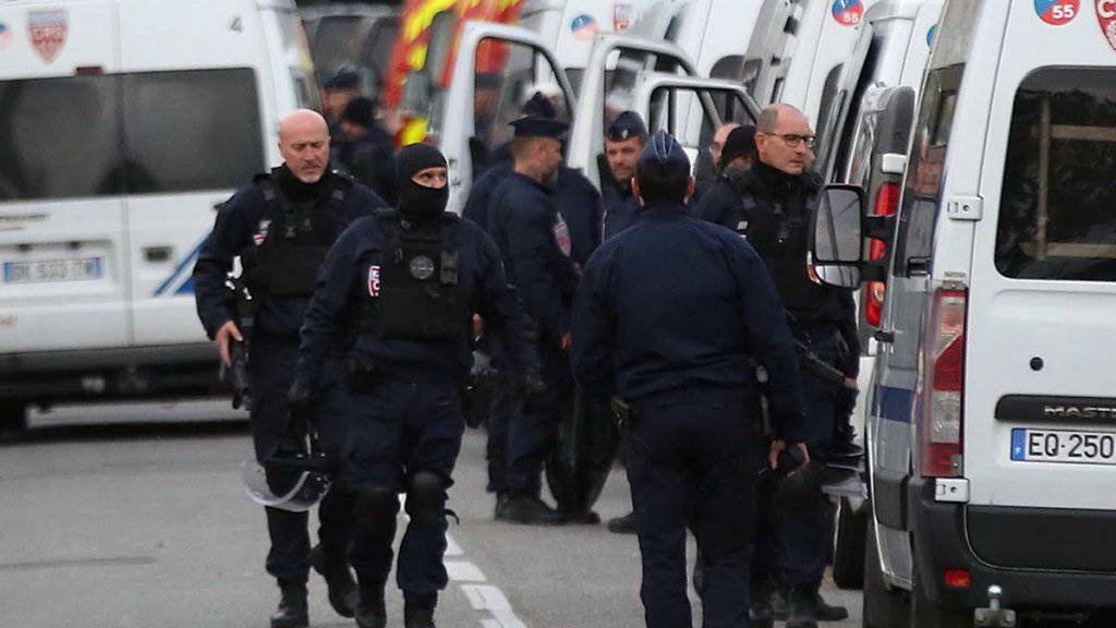 Die Polizei sperrt die Gegend um den Zigarettenladen weiträumig ab, wo ein Mann vier Menschen gefangen gehalten hatte. Alle Geiseln konnten unverletzt aus der Gewalt des bewaffneten Täters befreit werden.