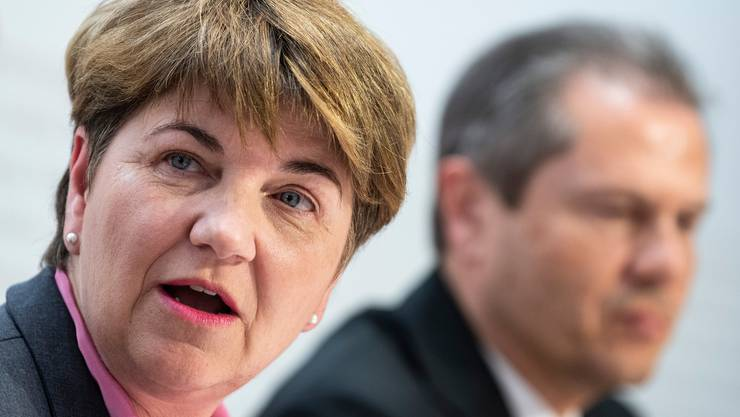 Bundesrätin Viola Amherd, hier mit Remo Lütolf, Verwaltungsratspräsident der RUAG. (KEYSTONE/Peter Schneider)