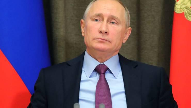 Will noch lange nicht aufhören: Der russische Präsident Wladimir Putin tritt auch zur nächsten Wahl 2018 an. Er hat vorgesorgt, dass das Ergebnis keine Überraschung wird (in einer Aufnahme vom 22. November 2017 mit Vertretern des Verteidigungsministeriums).