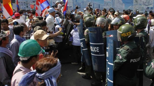 Demonstranten und Polizisten in Phnom Penh