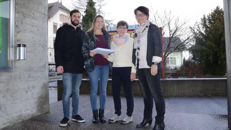 Moritz Lüscher und Zoe Bachmann überreichen die Unterschriften an Gemeindeschreiberin Denise Woodtli und Frau Gemeindeammann Astrid Haller.