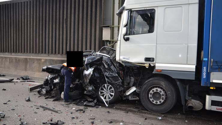 Ein Lastwagen fuhr auf der Autobahn A2 bei Muttenzin eine Autokolonne.