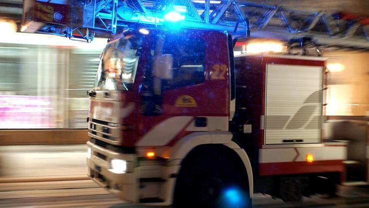 Rund dreissig Feuerwehrleute und zahlreiche Sanitäter waren im Einsatz, um den Hausbrand in Vevey VD zu löschen. Für eine 75-jährige Frau kam jede Hilfe zu spät. (Symbolbild)