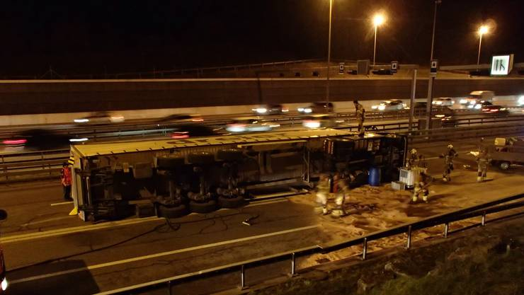 Am Donnerstagabend, 15. Januar 2015, kippte auf der A1-Einfahrt Baden-West ein Lastwagen um.