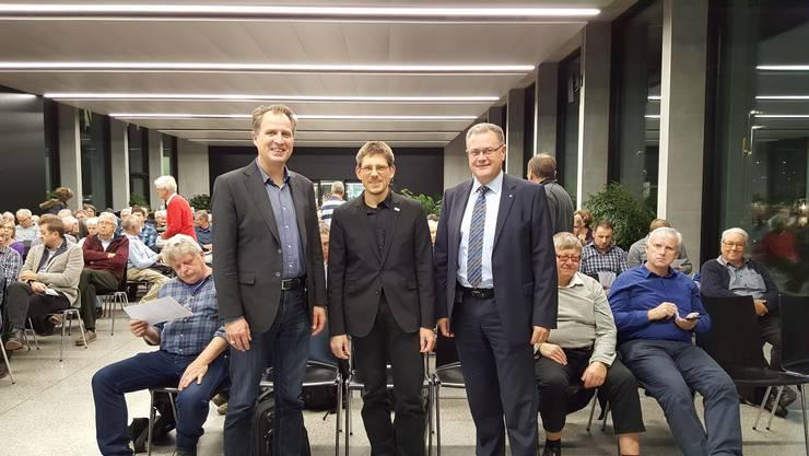 Hans-Kaspar Scherrer, durfte die beiden Referenten Peter Morf vom Hightech Zentrum Aargau AG (links) sowie Jörg Roth vom PSI (Mitte) mit spannenden Vorträgen zur Photovoltaik und deren Zukunft im im Eniwa Power Inn in Buchs begrüssen.