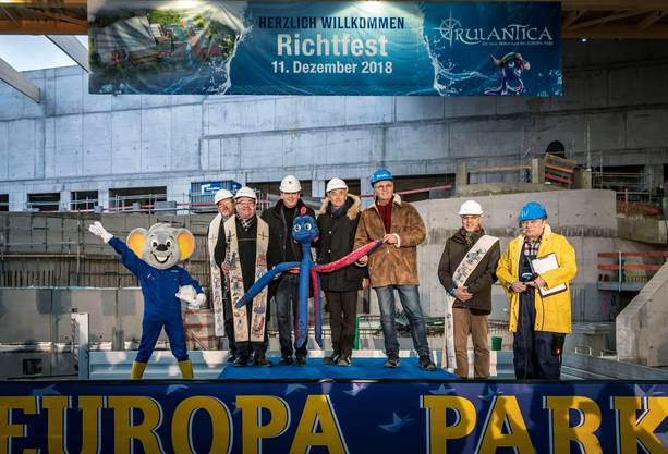 Michael, Jürgen und Roland Mack (Mitte) freuen sich über den gerade erteilten Segen für die neue Wasserwelt «Rulantica».