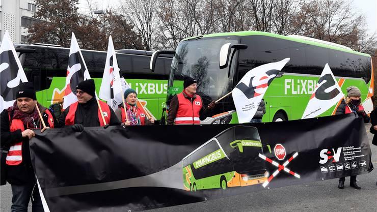 Für die Gewerkschaft SEV ist klar: Der Bus nach Lyon konkurrenziert die SBB. Gestern protestierte sie deshalb auf dem Carparkplatz in Zürich. Keystone