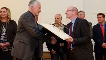 Landammann Peter Gomm übergibt Kisag-Chef Urs Brüngger den Solothurner Sozialstern.