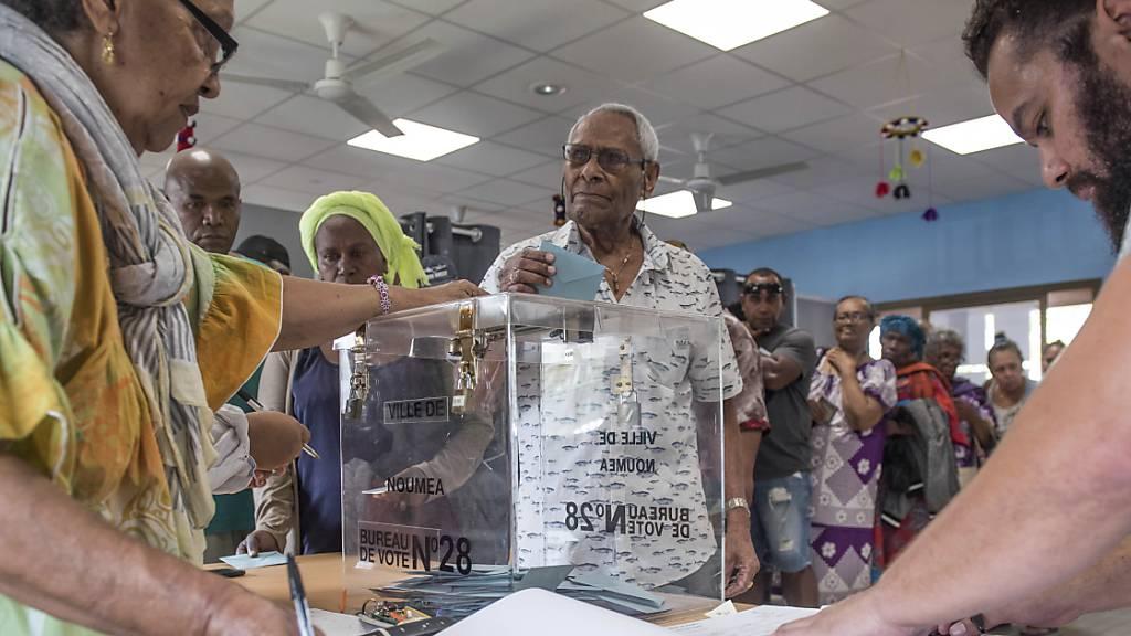 Ein Mann gibt während eines Referendums seine Stimme ab. Das französische Überseegebiet Neukaledonien stimmt am Sonntag zum zweiten Mal nach 2018 über seine Unabhängigkeit ab.