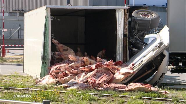 LKW-Unfall in Zürich: Rinderhälften blockieren Tramverkehr