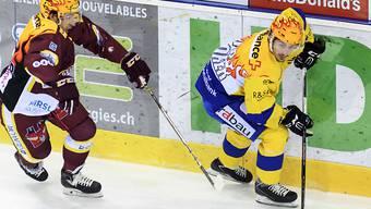 Der Davoser Doppeltorschütze Marc Wieser enteilt Servettes Romain Loeffel.