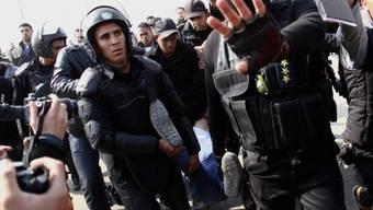 Ägyptische Polizisten führen einen Demonstranten ab (Archiv)