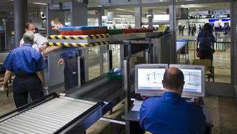 Die Polizei hat am Flughafen Zürich einen Drogenkurier mit 1,2 Kilo Kokain festgenommen. (Archiv)
