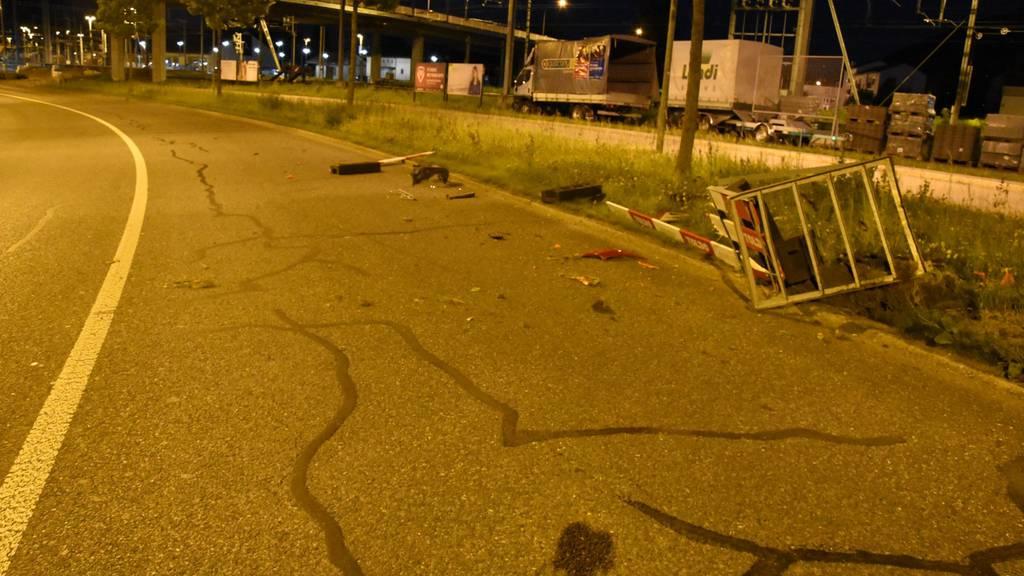 So hinterliess ein unbekannter Fahrer die Baustellenabschrankung.