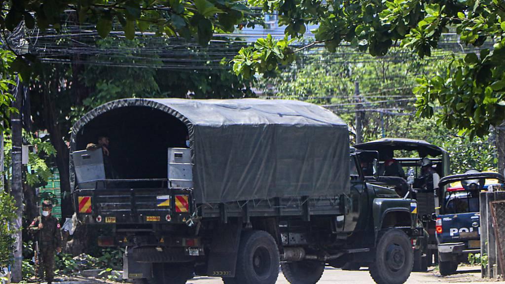 Ein Polizeifahrzeug steht auf einer Straße in Yangon. Foto: --/AP/dpa