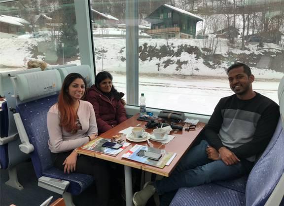 Sangetha, Suseela und Sathish (v.l.n.r.) aus Malaysia sahen das Matterhorn in den sozialen Medien. Nun sind sie auf dem Weg dorthin.