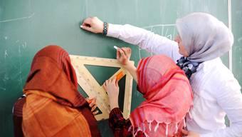 Die Frage, ob das Kopftuch im Schulunterricht erlaubt sein soll, wird kontrovers diskutiert und wirft immer wieder hohe Wellen. (Symbolbild)