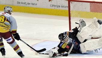 Der Berner Goalie Marco Bührer pariert einen Penalty von Tony Salmelainen