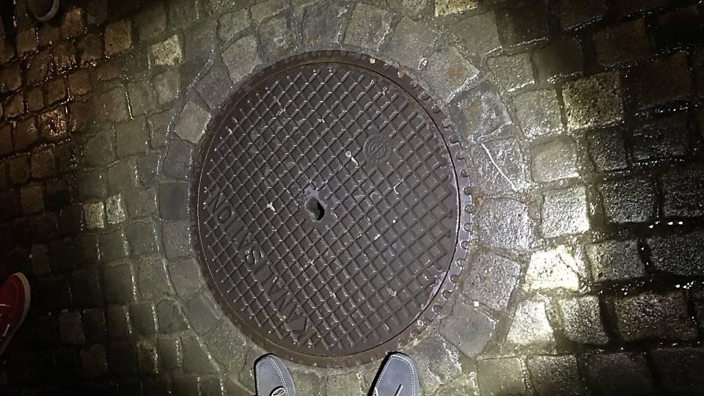 Ein Diamant-Ohrring ist in der Nacht auf Mittwoch durch das kleine Loch im Dolendeckel in die Stadtzürcher Kanalisation gefallen.