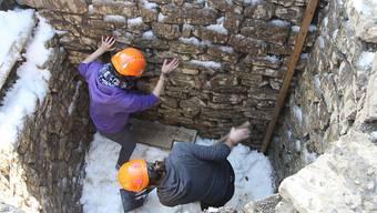Forschende treten den eingefüllten Schnee im römischen Kühlschrank fest. (Archivbild)