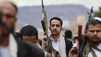 Schiitische Huthi-Rebellen protestieren in Sanaa gegen Luftangriffe