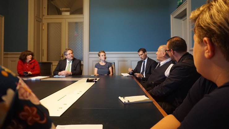 Im Kommissionszimmer diskutieren die Nationalräte Beat Flach, Irène Kälin, Thierry Burkart und Christian Lohr mit den Beeinträchtigten über ihre Anliegen.