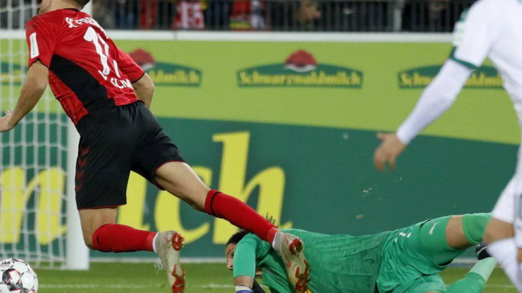 Luca Waldschmidt wird von Yann Sommer von den Beinen geholt.