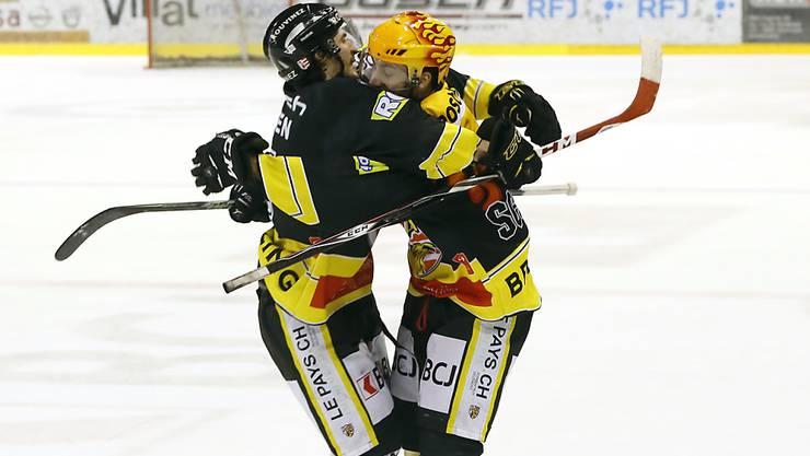 Jonathan Hazen (links) und Philip-Michael Devos - im Bild während der Playoffs in der letzten Saison - gewannen mit ihren Teamkollegen von Ajoie die Partie gegen La Chaux-de-Fonds im Penaltyschiessen