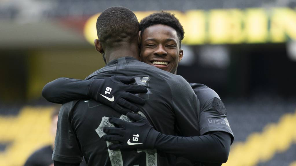 Freude bei den Young Boys Moumi Ngamaleu und Felix Mambimbi nach dem ersten Sieg seit einem Monat.