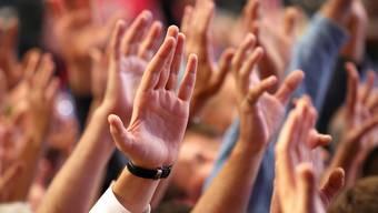 Erhobene Hände signalisierten am Freitag in 13 Gemeinden Zustimmung oder Ablehnung zu Sachgeschäften.