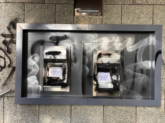Auch die Geldautomaten im Aussenbereich wurden verschmiert