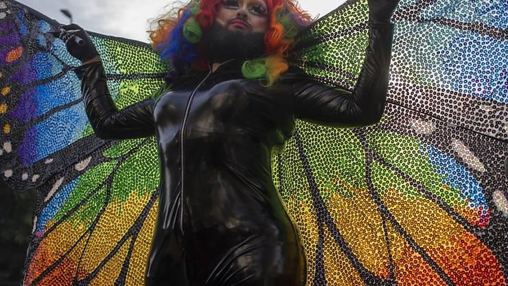 Ein besonders farbenfroher Teilnehmer unter zehntausenden an der Gay-Pride-Parade in Santiago de Chile.