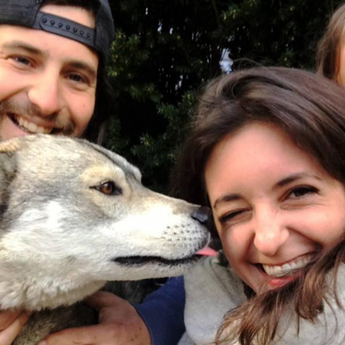 Ufem Bänkli mit einem Huskey und zwei Auswanderern
