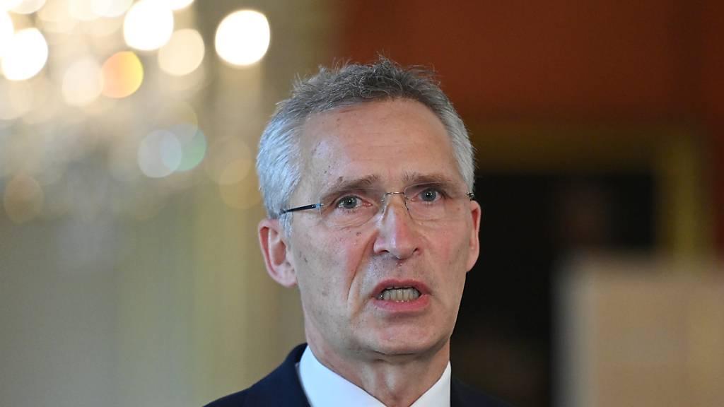 ARCHIV - Jens Stoltenberg, Generalsekretär der NATO, spricht nach einem gemeinsamen Treffen mit dem britischen Premierminister bei einer Pressekonferenz. Foto: Justin Tallis/PA Wire/dpa