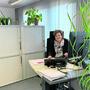 Ruth Fischer an ihrem temporären Arbeitsplatz in der Kanzlei.