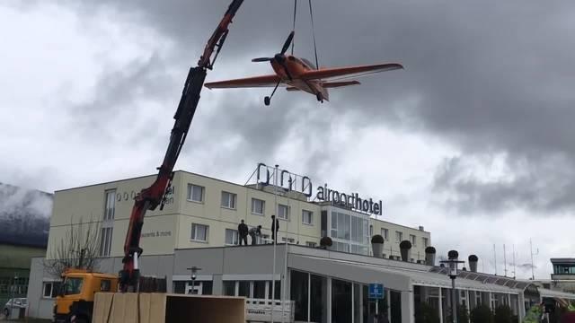 Das Flugzeug der Uhrenfirma Hamilton wird auf dem Airport-Dach montiert