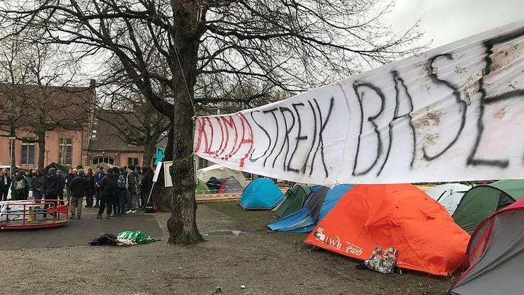 In Basel sind die jungen Leute für den Klimaschutz nicht nur auf die Strasse gegangen. Schon am Donnerstag haben sie das Kasernenareal besetzt und dort ein Klimacamp errichtet. Rund 50 Aktivistinnen und Aktivisten haben die Nacht auf Freitag im Zelt verbracht. (Bild: Martin Heutschi, Keystone-SDA)