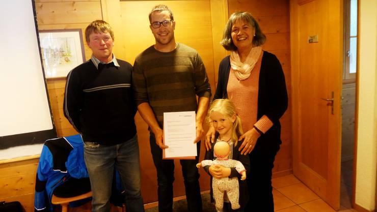 Ueli Stucki mit Lea (Bildmitte) und Manuel wurden die Bürgerrechtsurkunden von Manfred Burki (Präsident) und Elisabeth Kaiser (Bürgerrätin) überreicht.