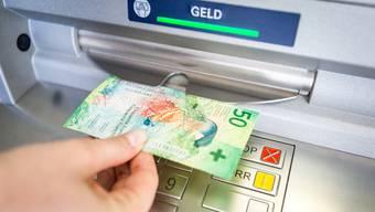 Wer beim Geldbezug am Bancomat angesprochen wird, sollte sehr vorsichtig sein. (Symbolbild)