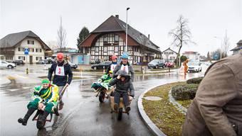 Karetten-Rennen um den Subinger Kreisel: Viele Gemeinderäte haben verschlafen. Deshalb werden halt Figuranten umhergefahren. Fotos. Hanspeter Bärtschi