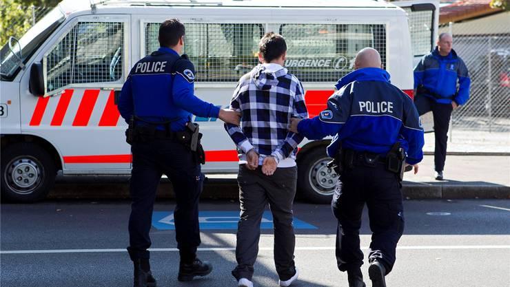 Bewaffnete Sicherheitsassistenten werden schon in zahlreichen Kantonen eingesetzt. Hier bewerkstelligen sie einen Gefangenentransport. (Archiv)