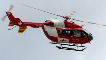 Der Rettungshelikopter brachte den verletzten Motorradfahrer ins Spital. (Symbolbild)