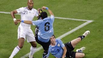 Kein Durchkommen für Anelka gegen die Abwehr Uruguays (hier Victorino, mitte, und Godin)