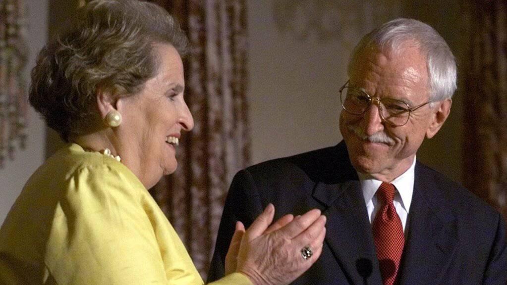 Auf diesem Archivbild vom 29. Juni 1999 applaudiert Außenministerin Madeleine Albright (l) James C. Hormel als neuem Botschafter in Luxemburg bei einer Zeremonie des Außenministeriums in Washington.