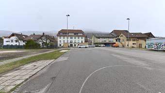 Der grosse Platz hinter der Häuserzeile an der Hauptstrasse soll unbebaut bleiben, so der Wille einer Oensinger Mehrheit.