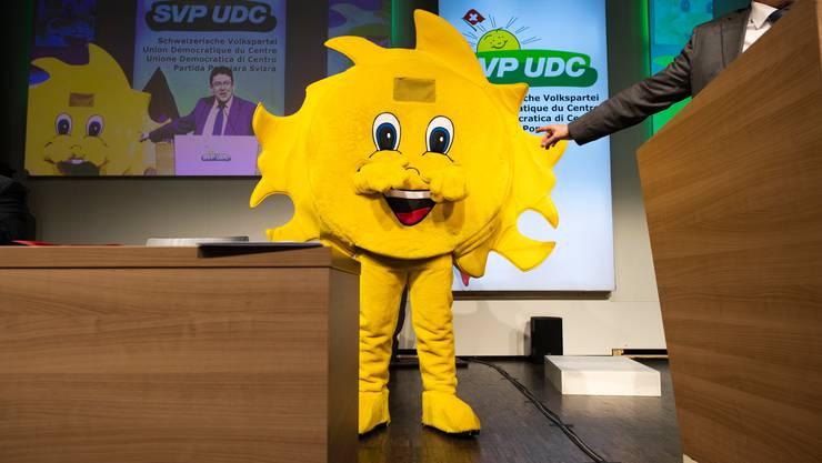 Die SVP-Sonne steht auf der Bühne neben Parteipräsident Albert Rösti, aufgenommen an der Delegiertenversammlung der SVP Schweiz, am Samstag, 30. März 2019, in Amriswil.