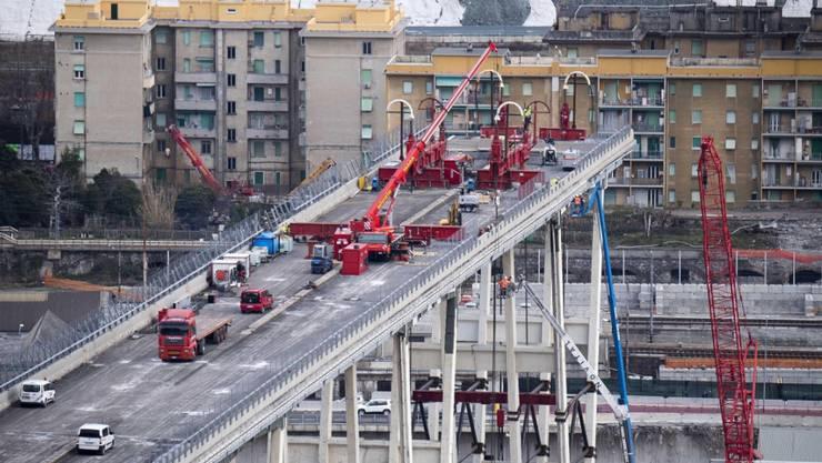 Sechs Monate nach dem Einsturz der Morandi-Brücke in Genua haben die Abrissarbeiten begonnen. Noch ist die sie nicht ansatzweise wieder repariert.