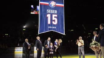 Mathias Seger und seine Familie schauen zu, wie seine Nummer 15 im Hallenstadion verewigt wird.